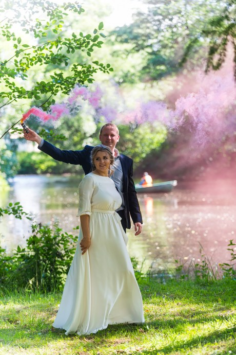 Цветной дым на свадебной фотосессии