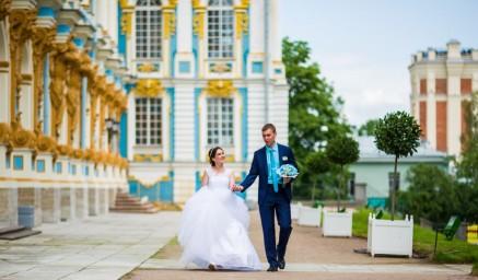 Свадебная фотография на фоне Екатерининского дворца в Пушкине