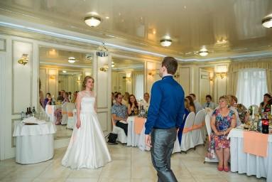 Начало свадебного танца на банкете