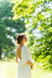 Портрет невесты в парке в солнечных лучах