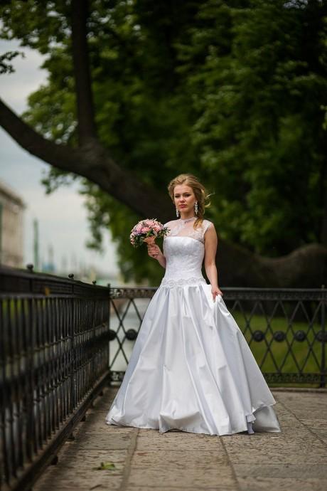 Красивое свадебное фото невесты в летнем саду