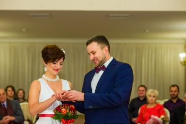 Жених надевает обручальное кольцо невесте во Дворце бракосочетания №3
