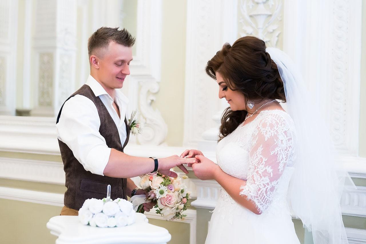 Обмен обручальными кольцами во время торжественной регистрации брака