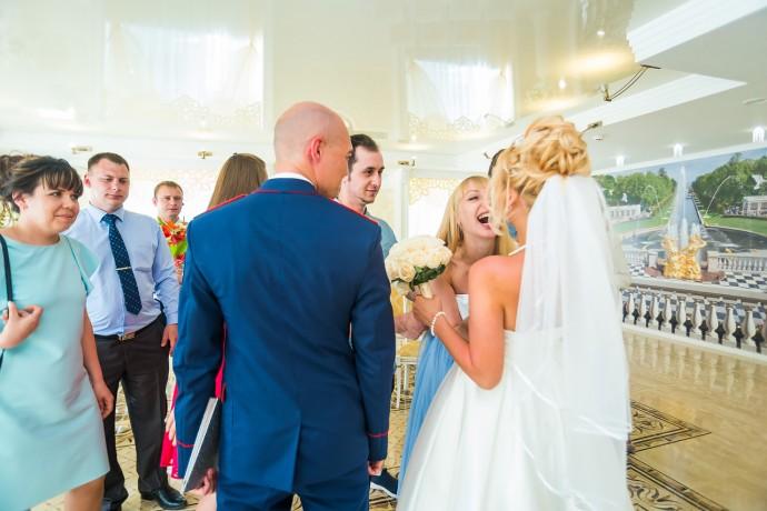 Бурная и искренняя радость подруги невесты на регистрации брака