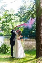 Свадебная фотография в парке с цветным дымом