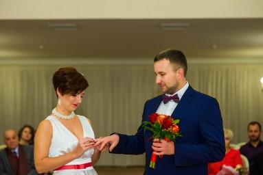 Дворец бракосочетания №3 Пушкин - невеста надевает обручальное кольцо жениху