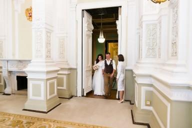 Жених и невеста заходят в зал торжественной регистрации брака