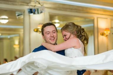 Жених берёт невесту на руки во время первого танца