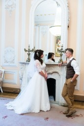 Жених и невеста в комнате ожидания торжественной регистрации брака- Дворец бракосочетания №1
