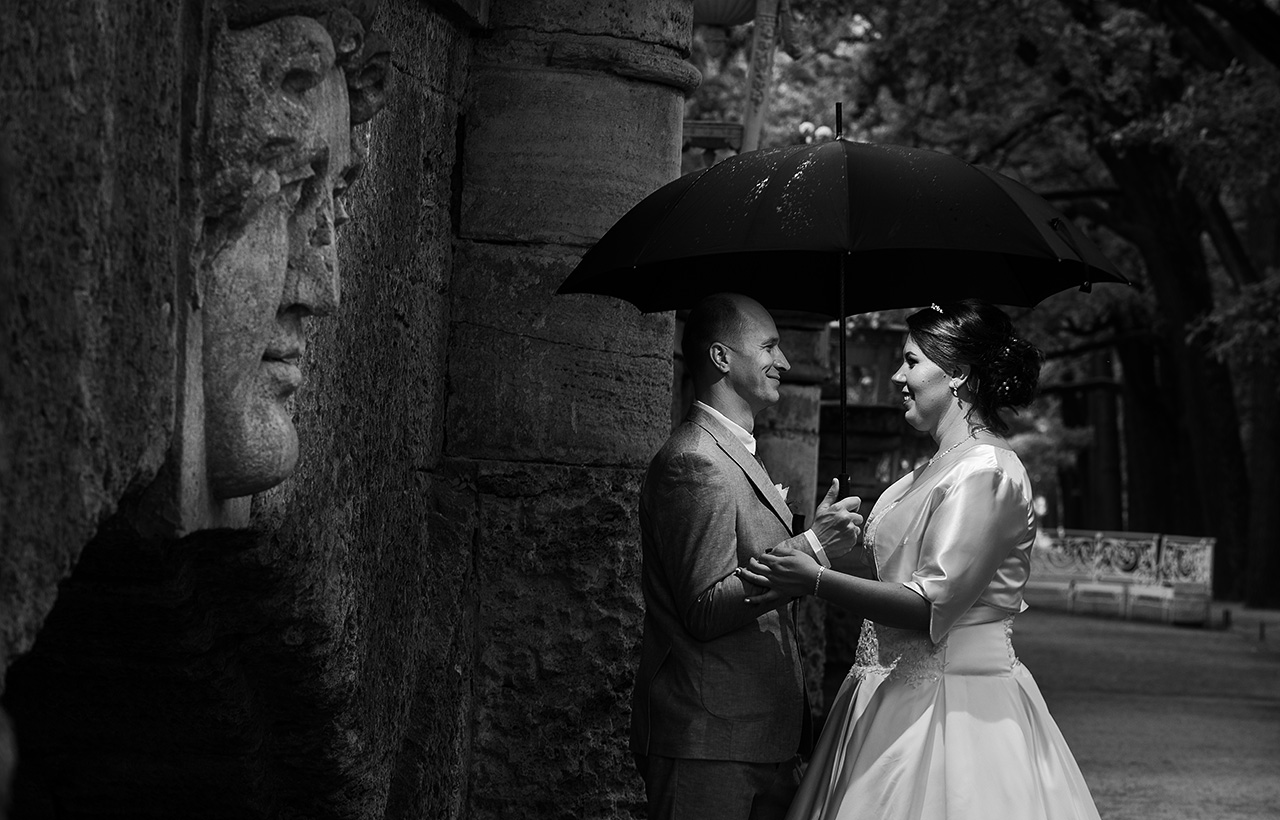 Черно-белое свадебное фото со вспышкой под зонтиком