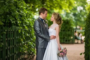 Жених и невеста в летнем саду