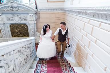 Жених и невеста поднимаются на подачу документов для регистрации брака