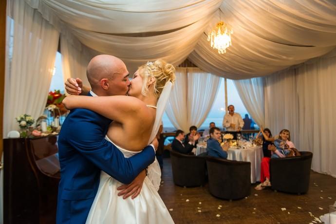 Страстный поцелую во время свадебного танца