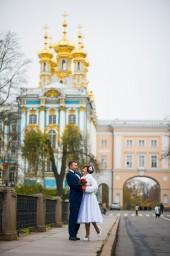 Свадебная фотография с видом на главный вход в Екатерининский парк