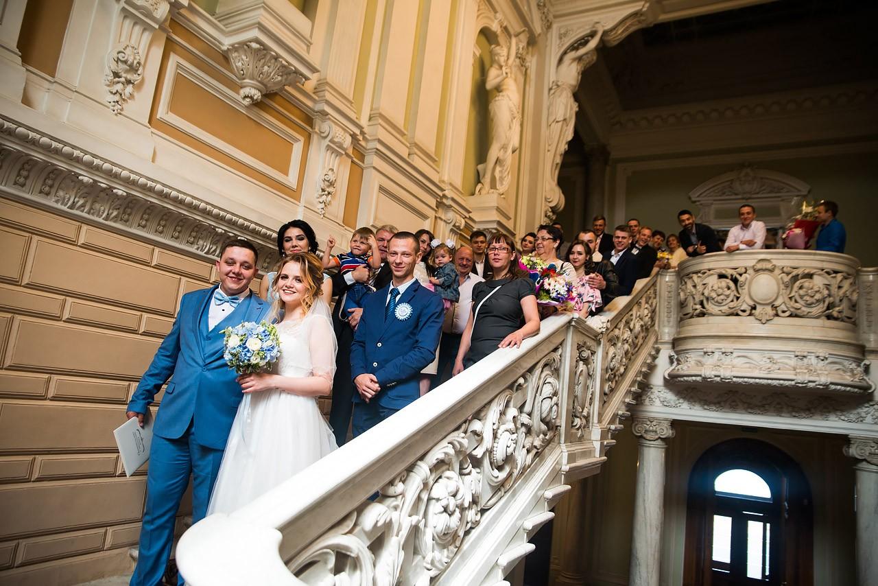 Дворец бракосочетания №1 - общее фото молодоженов и гостей
