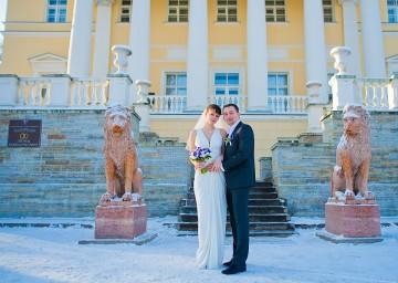Зимняя фотография жениха и невесты на фоне Дворца бракосочетания №3