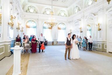 Жених не отрывает взгляда от невесты во время регистрации брака