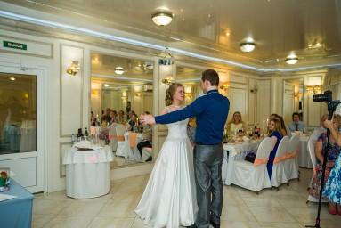 Свадебный танец жениха и невесты на банкете
