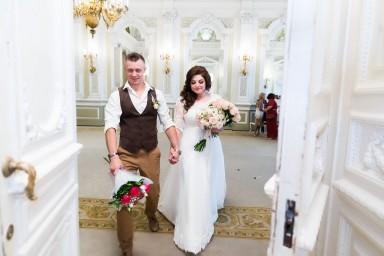 Жених и невеста выходят с регистрации брака