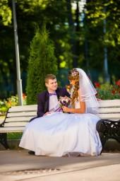 Жених и Невеста отдыхают в парке на лавочке