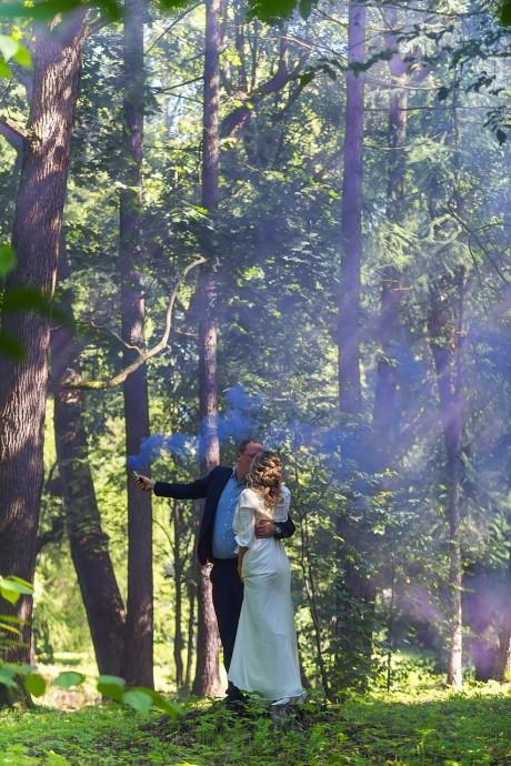 Свадебная фотография в лесном парке с цветным дымом