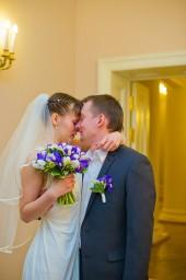 Трогательное свадебное фото. Невеста обнимает жениха после регистрации и плачет.