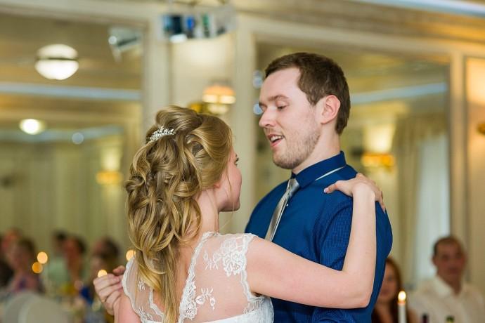 Свадебный первый танец жениха и невесты и их взгляды друг на друга